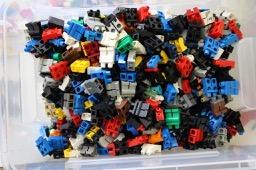 Kiste mit LEGO® Hosen LEGO® Figuren bei Steinchenwelt Online Shop