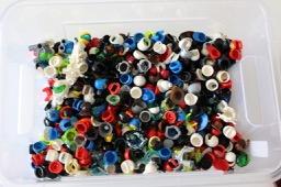 Kiste mit ganz vielen LEGO® Kopfbedeckungen LEGO® Figuren bei Steinchenwelt Online Shop