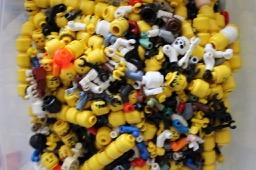 Kiste mit LEGO® Köpfen LEGO® Figuren bei Steinchenwelt Online Shop