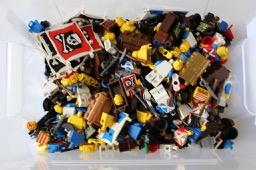 Kiste mit LEGO® Piratenteilen LEGO® Figuren bei Steinchenwelt Online Shop