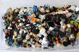 Kiste mit LEGO® Star Wars Teilen LEGO® Figuren bei Steinchenwelt Online Shop