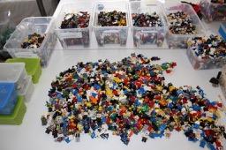 viele LEGO® Figuren - Komplettbild vom Tisch  Steinchenwelt Online Shop